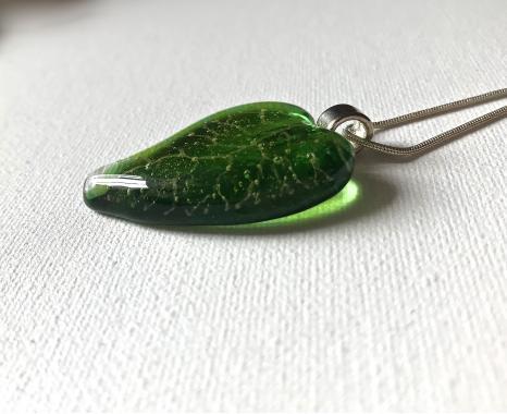 "кулон на шею ""зеленый листок"""