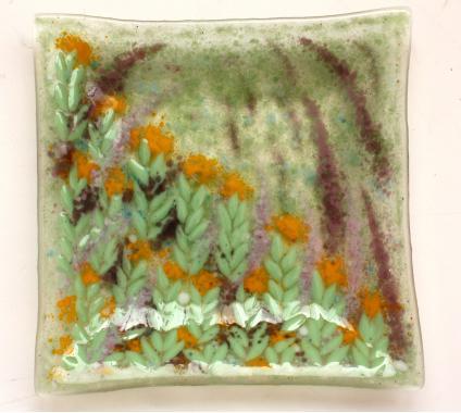 """Тарелка из цветного стекла """"На лужайке"""""""